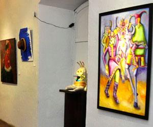 La luz, forma y color del carnaval en una muestra de arte