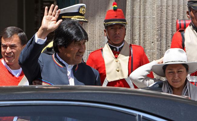 El presidente Evo Morales saluda a la salida de Palacio de Gobierno en La Paz, tras la rueda de prensa en la que se refirió a los resultados del referendo. EFE