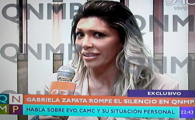 Gabriela Zapata presenta certificado de nacimiento. Foto: Youtube