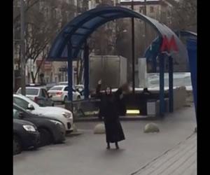 Mujer con una cabeza decapitada grita en el metro de Moscú