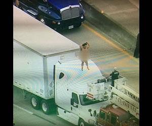 La mujer que bailando desnuda sobre un tráiler y colapsó la movilidad