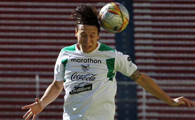 Martín Smedberg de la selección boliviana de fútbol participa en una sesión de entrenamiento en La Paz. EFE