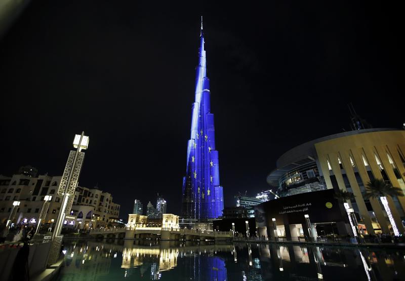 Edificio Burj Khalifa iluminado con los colores de la bandera nacional belga. Foto: EFE