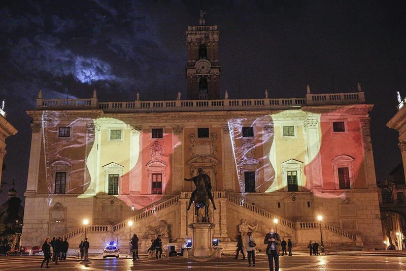 La célebre Fontana de Trevi, ubicada en el centro de Roma, se tiñó hoy con los colores de la bandera de Bélgica. Foto: EFE