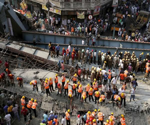Video: En India un puente colapsa y deja 19 personas muertas