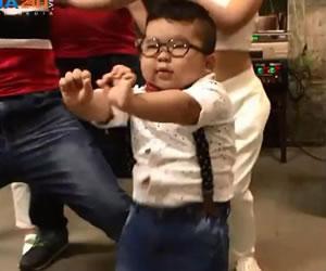 Facebook: El niño de Vietnam que es furor por su simpático baile