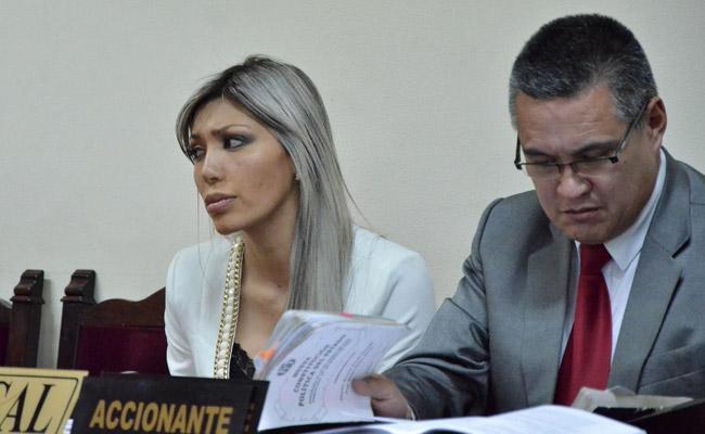 Gabriela Zapata Montaño junto a su abogado, Eduardo León. Foto: ABI