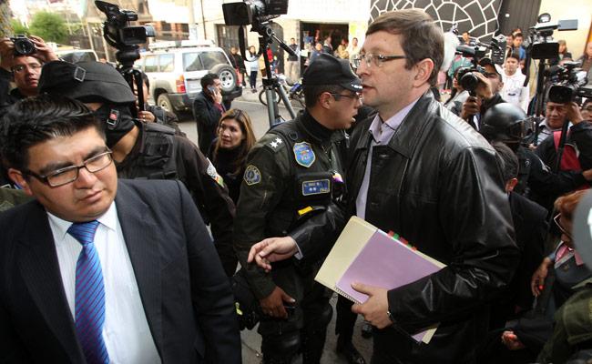 El senador opositor Oscar Ortiz (d) llega a la cárcel de Miraflores para tomar declaración a Gabriela Zapata. EFE