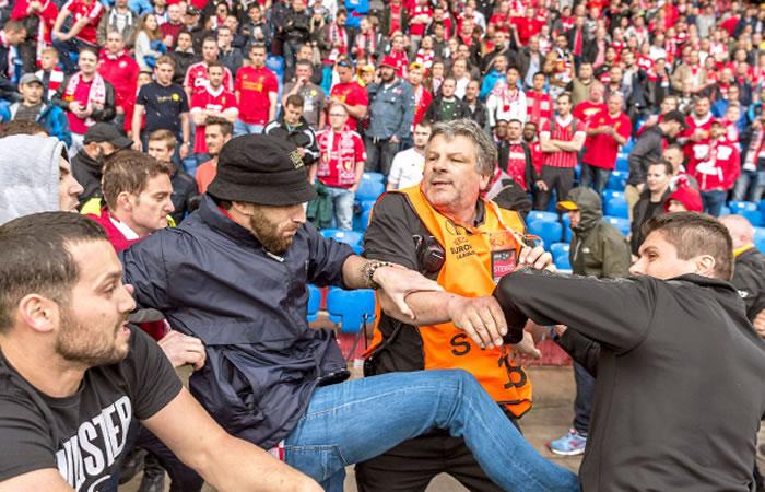 Pelea entre hinchas del Liverpool y el Sevillas. Foto: EFE