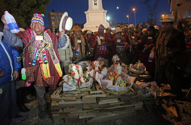 Ceremonia en la ciudad de El Alto celebrando el Wilkakuti. Foto: EFE