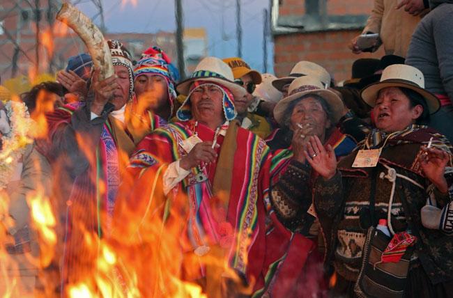 Ofrendas en la ciudad de El Alto para celebrar la llegada del Año Nuevo Andino Amazónico 5.524. Foto: EFE