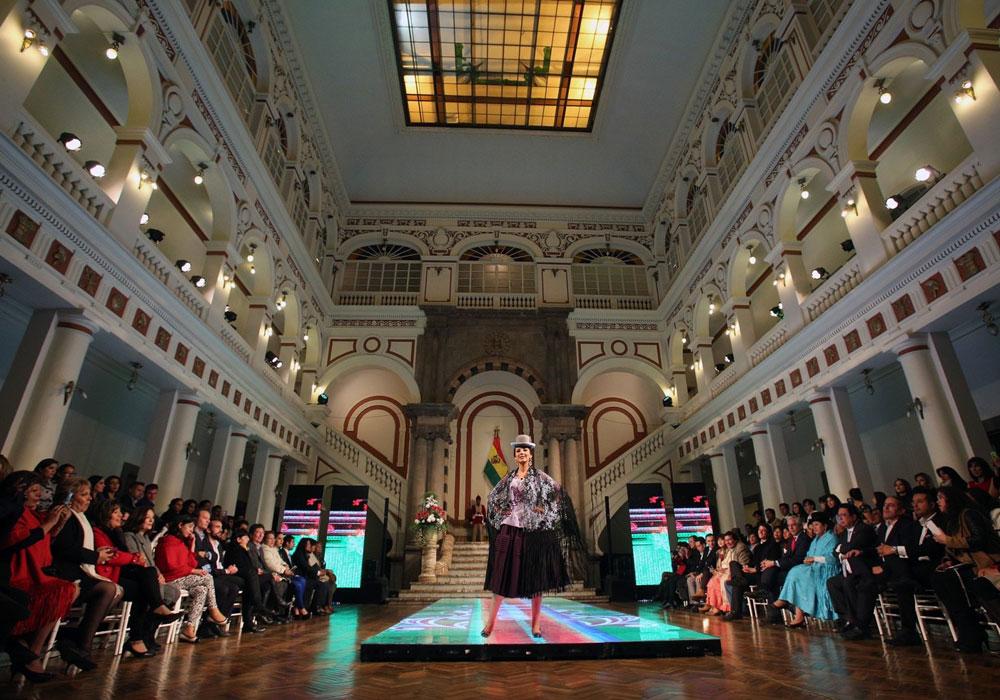 La elegancia de la chola se lució en desfile en Palacio de Gobierno
