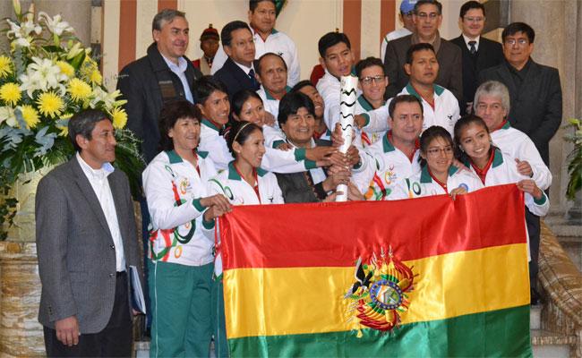 Deportistas, técnicos y dirigentes que se aprestan a viajar a Rio de Janeiro para participar en los Juegos Olímpicos, junto al presidente Evo Morales y el ministro de deportes Tito Montaño. ABI