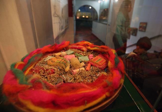 """Mesa o waxt'a (ofrendas), de la exposición, denominada """"Lakan Phaxsi: Agosto, el tiempo entre el final y el comienzo"""". Foto: EFE"""