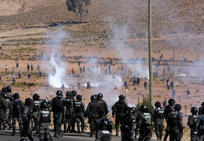 Uno de los varios enfrentamientos que se dio entre policías y mineros cooperativistas por el bloqueo de caminos. EFE