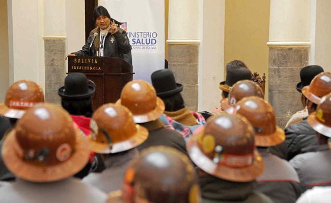 El presidente Evo Morales habla durante un encuentro con el sindicato de trabajadores de la mina estatal Colquiri. Foto: ABI