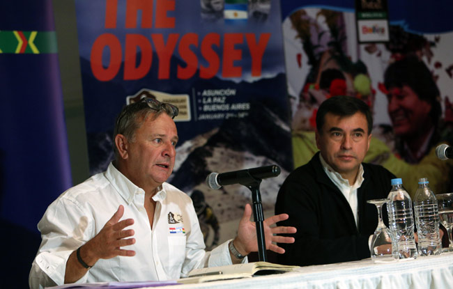 La máxima autoridad del Dakar, el francés Etienne Lavigne (i) y el ministro de la Presidencia, Juan Ramón Quintana (d). Foto: EFE