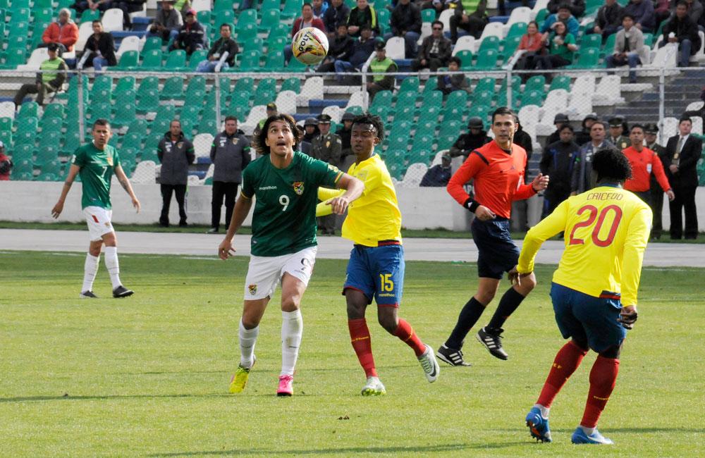 El jugador de la selección boliviana Marcelo Martins (d) intenta superar la marca ecuatoriana durante un ataque. Foto: ABI