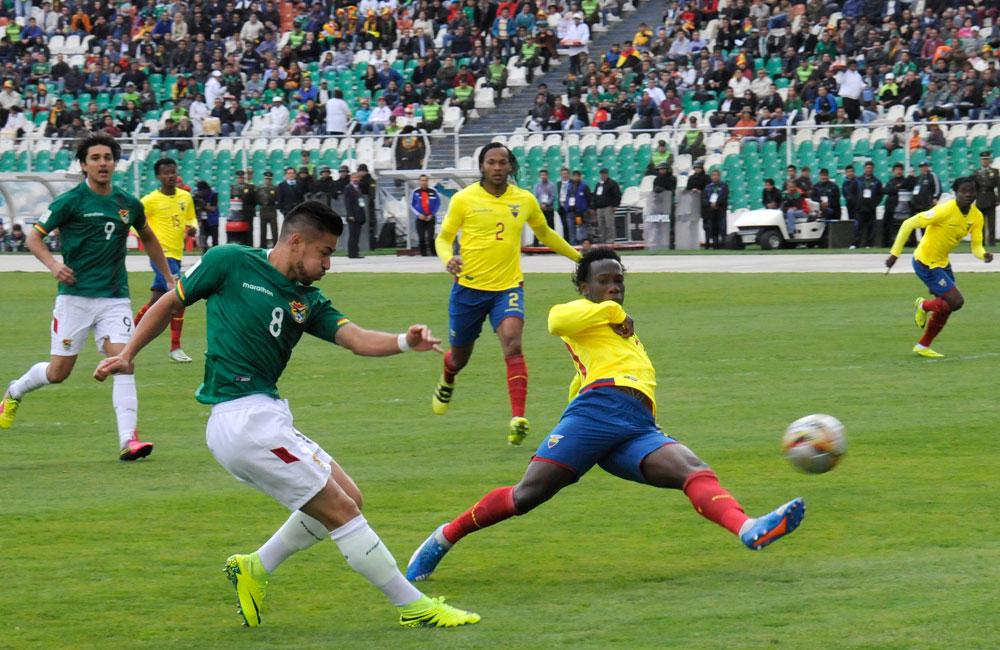 Rodrigo Ramallo intenta culminar un ataque ante Ecuador. Foto: ABI