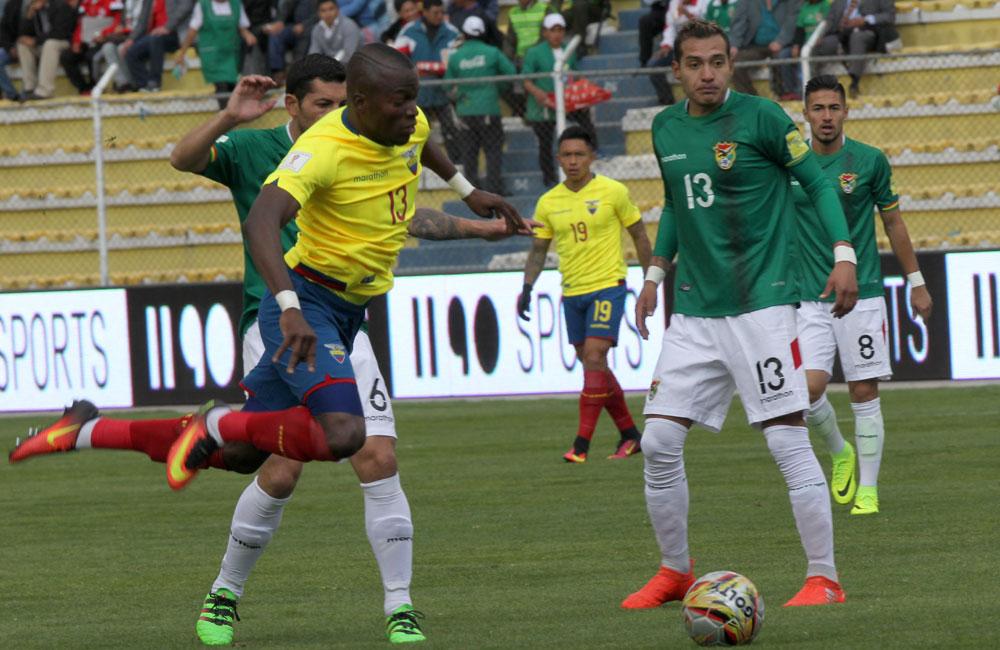 Enner Valencia (i) de Ecuador intenta superar la marca de Walter Veizaga (d) de Bolivia. Foto: EFE