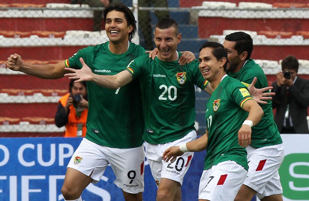 Jugadores de la selección boliviana celebran el segundo gol ante ecuador. Foto: EFE
