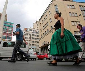 Una intervención con polleras reflexiona sobre identidad boliviana