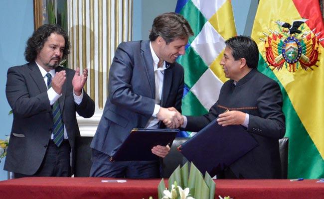 Los cancilleres de Bolivia y Ecuador, David Choquehuanca y Guillaume Long respectivamente firman un acuerdo para la exportación de productos de coca. ABI