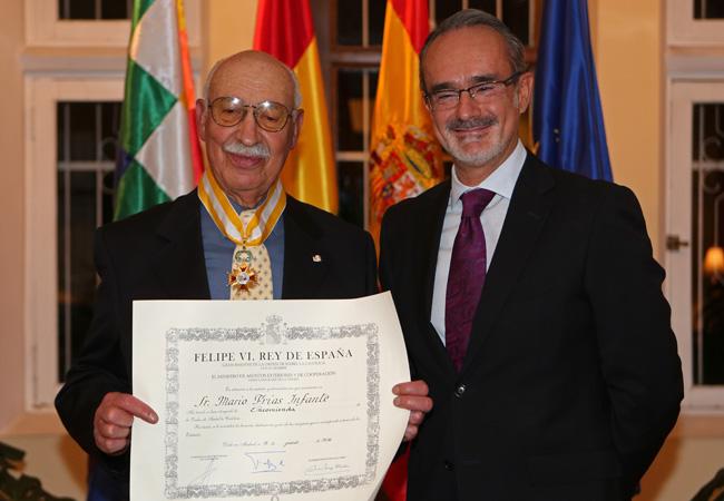 Condecoran al director de la Academia Boliviana de la Lengua