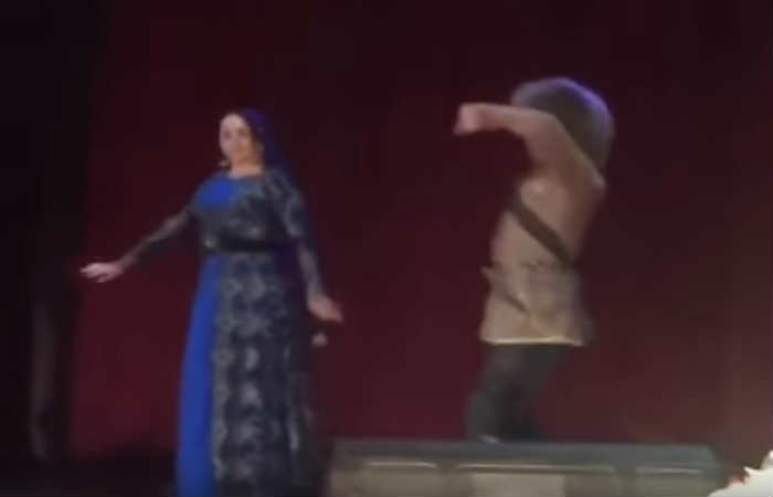 Video: Bailarín muere durante un espectáculo