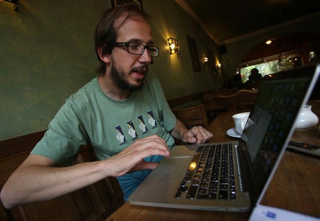 El cronista hispano boliviano Álex Ayala, autor del libro de crónicas