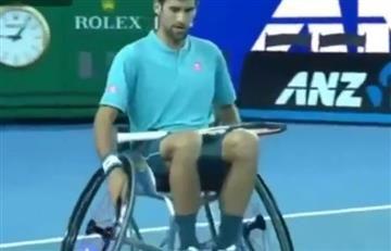 Novak Djokovic juega su partido más duro y lo hace en silla de ruedas