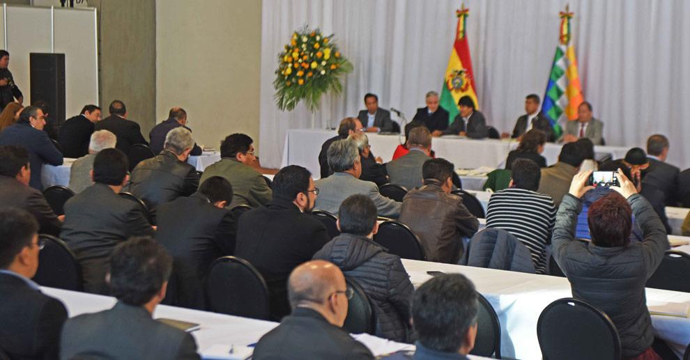 El presidente Evo Morales junto al vicepresidente Álvaro García Linera, ministros y funcionarios en el gabinete ampliado. ABI