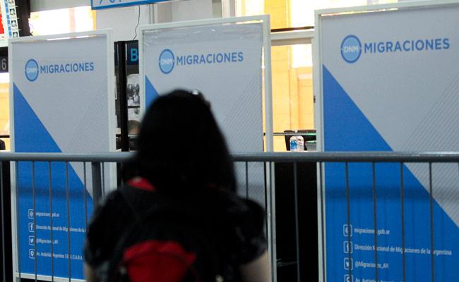 Una persona espera para efectuar unos trámites en el edificio de Migraciones de Buenos Aires (Argentina). EFE