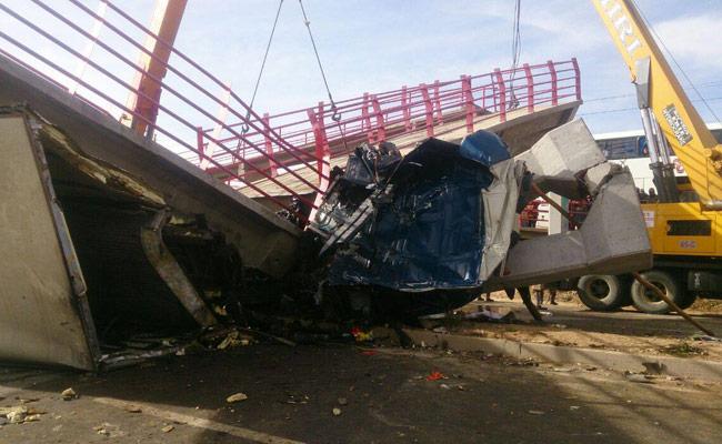 Pasarela que se derrumbó sobre un camión en el sector Lahuachaca. ABI