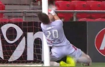 Salvó el gol pero casi le cuesta la vida al estrellarse con el palo
