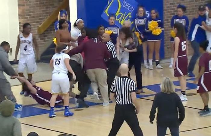 Video: Salvaje pelea en un partido de baloncesto femenino