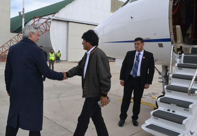 El presidente Evo Morales es recibido por el vicepresidente Álvaro García Linera, a su regreso a Bolivia después de someterse a un tratamiento médico en Cuba. Foto: ABI