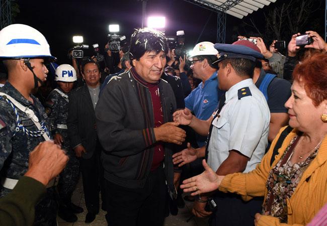 Un gentío se aproximó al aeropuerto para recibir al presidente Evo Morales. Foto: EFE
