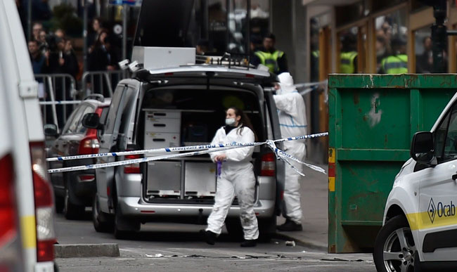 Investigadores de la policía sueca en el lugar donde murieron cuatro personas por una explosión. Foto: EFE