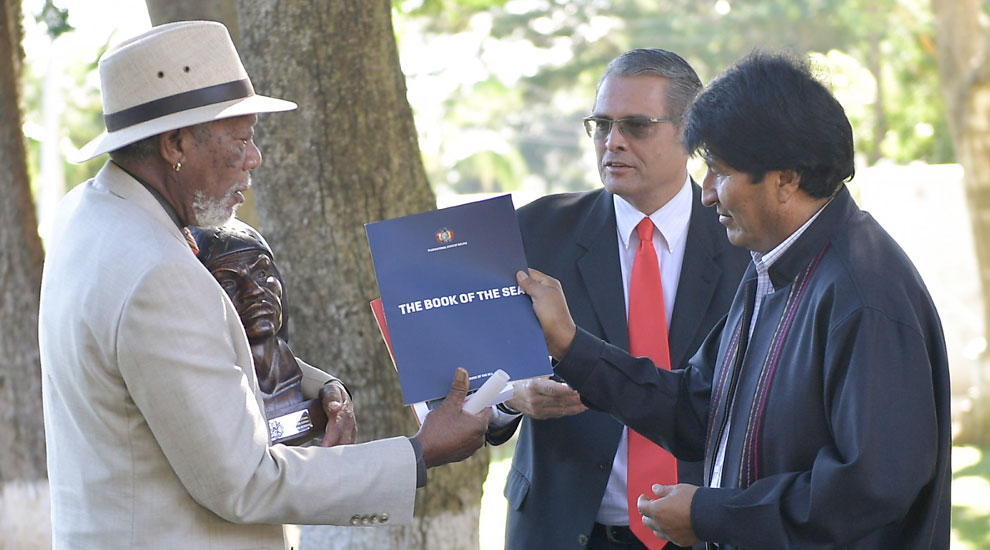 Morgan Freeman recibe 'Libro del mar' de manos de Evo Morales
