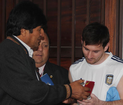 Encuentro el año 2013 entre el presidente Evo Morales y el futbolista Lionel Messi. ABI/Archivo