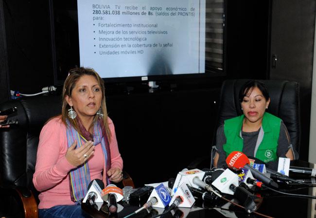 La ministra de Comunicación, Gisela López (i) acompañado de la actual gerente de Bolivia TV, Fabiola Rollano. ABI