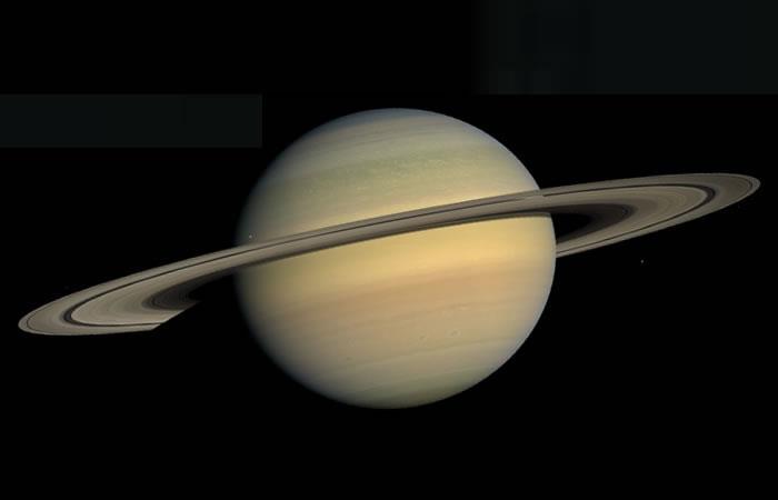NASA: Así son tres de las lunas más sorprendentes de Saturno