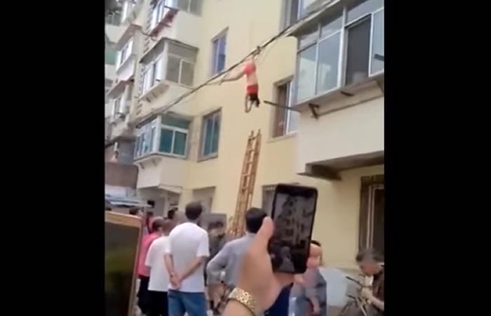 Viral: Amante que escapaba quedó colgada en los cables de luz