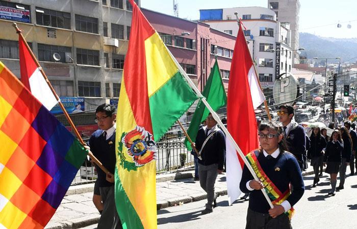 Morales celebra fervor de estudiantes en desfile escolar