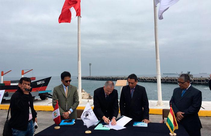 Firma de un acuerdo entre los representantes de la Administración de Servicios Portuarios-Bolivia y Empresa Nacional de Puertos de Perú. Foto: ABI