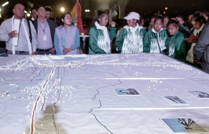 Asistentes a la inauguración de o0bras, observan un mapa de la ruta del Tren Metropolitano en Cochabamba. Foto: ABI