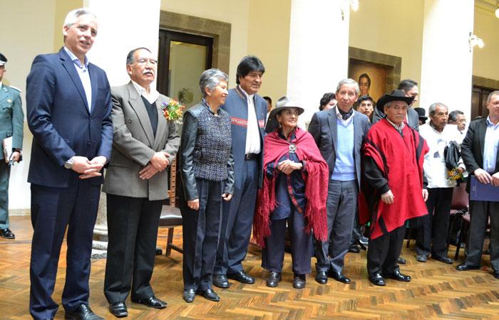 Los cinco miembros de la Comisión de la Verdad junto al presidente Evo Morales y el vicepresidente Álvaro García Linera en Palacio de Gobierno. Foto: ABI