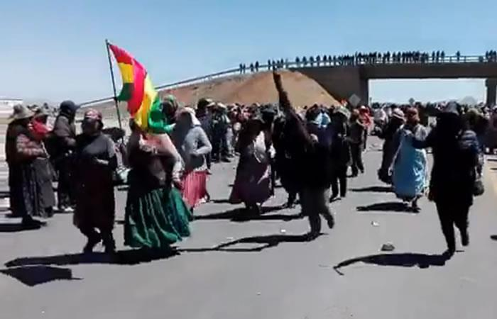 Achacachi: Mantienen los bloqueos e inicia marcha de mujeres