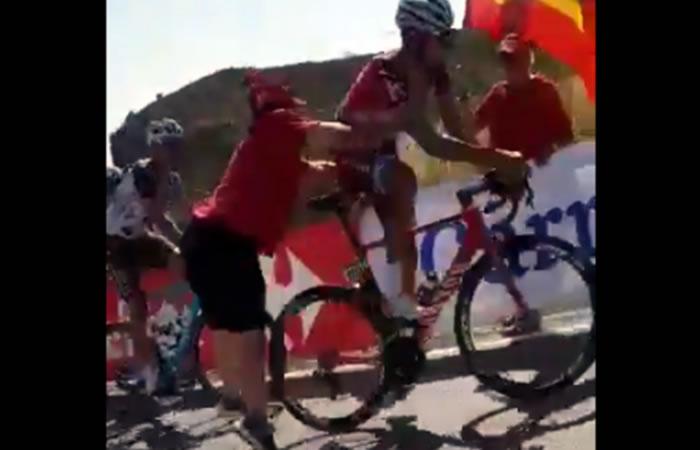 Vuelta a España: Maxim Belkov empujado por un fanático en pleno recorrido